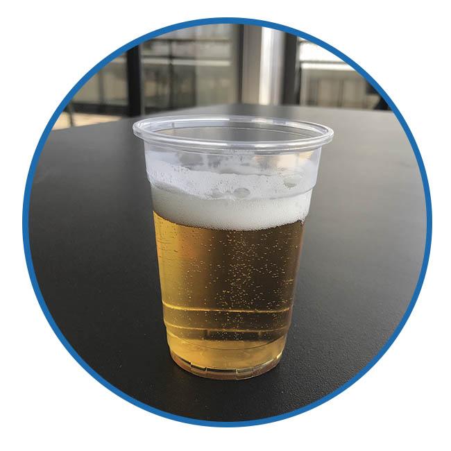 Gobelet à biére sur terrasse